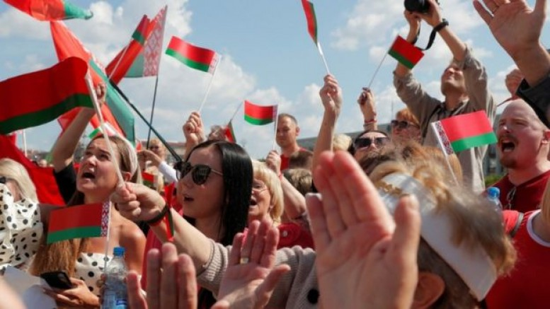 Belarus: Mass protest eclipses defiant Belarus leader's rally
